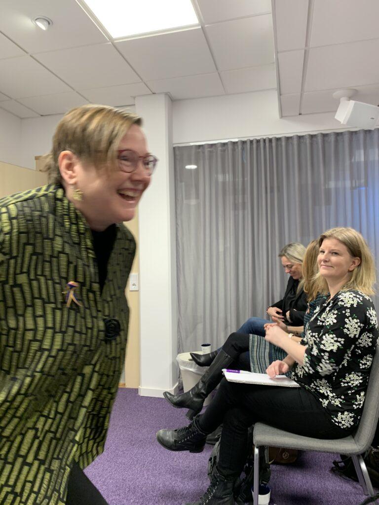 Kirsti Gjellan med Elin Stenman i publiken.