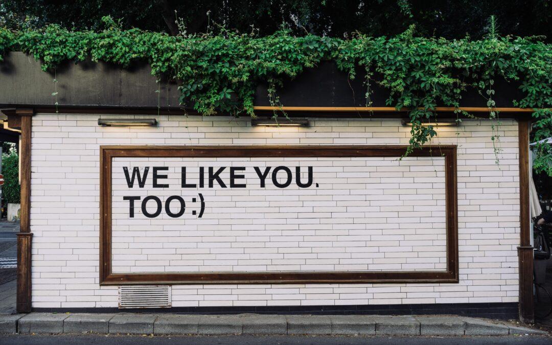 Mur med texten we like you too för att illustrera målgrupp